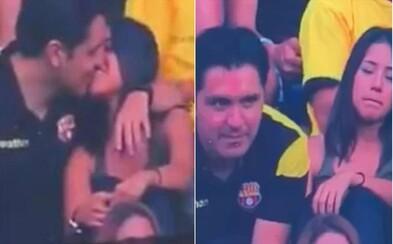 Jakmile je začala snímat Kiss Cam při líbání, muž se odtáhl a tvářil se jako by nic