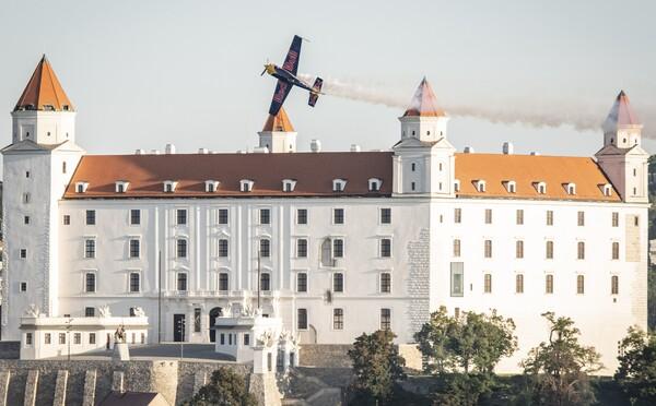 Akrobatická šou, akú Bratislava ešte nezažila. Pilot podletel Most SNP a predvádzal sa nad Dunajom