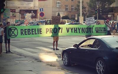 """Aktivisté v Praze zastavili dopravu kvůli klimatickým změnám. """"Nemám čas, vezu lidi do práce,"""" ohradil se proti nim řidič autobusu"""