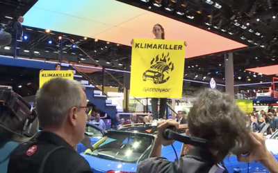 Aktivisté z Greenpeace narušili Frankfurtský autosalon. S transparenty na střechách aut požadovali zákaz prodeje SUV
