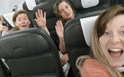 Aktivisti proti korone oslavovali, že sa do lietadla dostali bez rúška. Na palube potom náročky kašlali