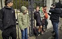 Aktivisti sa zamkli o bránu Úradu vlády. Chcú tak upozorniť na klimatické zmeny