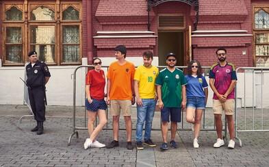 Aktivisti si perfektne uťahujú z ruských zákonov proti homosexuálom. Zakázanú dúhovú vlajku vytvorili vďaka futbalovým dresom