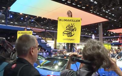 Aktivisti z Greenpeace narušili Frankfurtský autosalón. S transparentmi na strechách áut požadovali zákaz predaja SUV