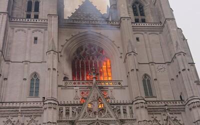 Aktualizované: Desiatky hasičov zasahovali pri požiari vo francúzskej katedrále v Nantes