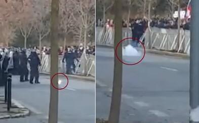 Aktualizované: Kotlebovci šíria video, podľa ktorého policajt na proteste hodil delobuch. Polícia to odmieta