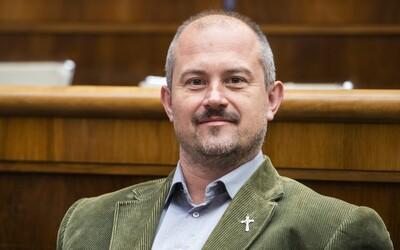 """Aktualizované: Marian Kotleba je v karanténe po návrate z Čiernej hory, súd za podozrivé """"1488"""" šeky opäť zrušia"""