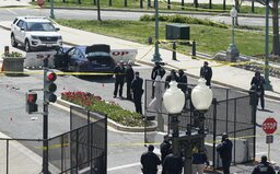 Aktualizované: Páchateľ chcel preraziť barikády pred americkým Kapitolom, z auta vybehol s nožom. Celé okolie uzavreli