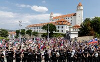 AKTUALIZOVANÉ: Pred parlamentom pribudli ďalší demonštrujúci, odmietajú očkovanie a žiadajú demisiu vlády