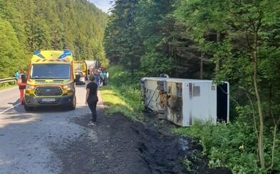 AKTUALIZOVANÉ: Pri Donovaloch sa prevrátil autobus. Uviazli v ňom dospelí aj 27 detí