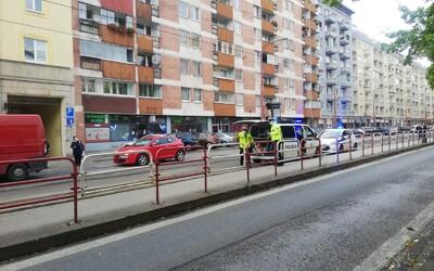 Aktualizované: V centre Bratislavy zrazila električka 78-ročného chodca. Polícia zverejnila video z jazdy