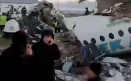V Kazachstánu spadlo letadlo, na palubě bylo asi 100 lidí. Místní úřady hlásí nejméně 14 mrtvých