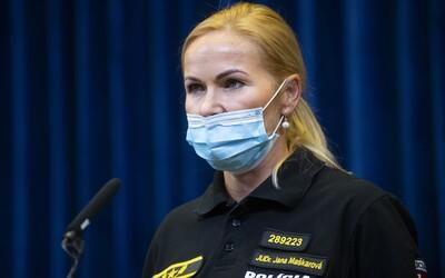 Aktualizované: Viceprezidentka polície informovala o kontrolách nosenia rúšok v kluboch a MHD. Sama ho mala nasadené nesprávne