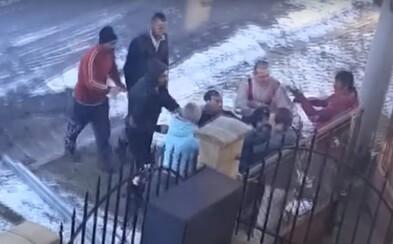 Aktualizované: Z hromadného útoku vo Važci polícia obvinila 10 osôb. Video zobrazuje muža, ktorého fyzicky napadli útočníci