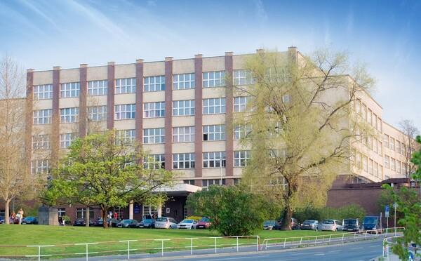 AKTUALIZOVÁNO: Anonym nahlásil další bombu na VŠE. Škola byla evakuována