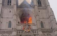 Aktualizováno: Desítky hasičů zasahovaly při požáru ve francouzské katedrále v Nantes