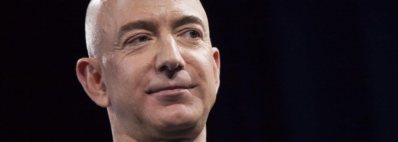 Aktualizováno: Nejbohatší člověk světa Jeff Bezos se úspěšně vrátil z vesmíru. Raketa právě přistála zpět na Zemi