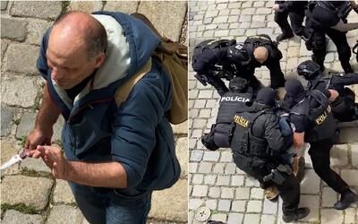 """Aktualizováno: Policista kopal do hlavy ozbrojeného muže v centru Bratislavy: """"Nekopej, točí to,"""" upozornil ho kolega"""