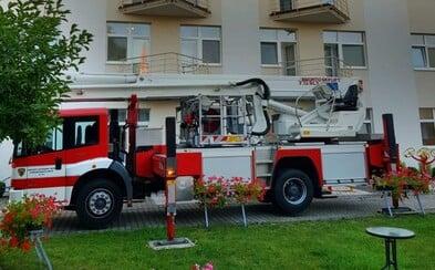 Aktualizováno: V domově důchodců na Mělnicku vypukl požár. Jeden člověk zemřel, 74 lidí bylo evakuováno