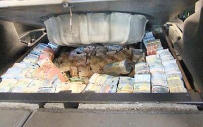 Albánci v aute prevážali 1,3 milióna eur, ktoré vyňuchal policajný pes. 13 kilogramov kokaínu v ich dome pri ohajobe tiež nepomohlo