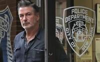 Alec Baldwin mířil zbraní přímo do kamery, když vystřelila a zabila kameramanku. Hrozí mu trestní stíhání?