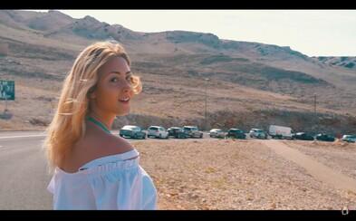 Aless predstavuje energickú skladbu do horúcich letných dní, ktorá dostáva aj dovolenkový vizuál