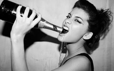 Alkoholické nápoje zabíjí více mladých než všechny tvrdé drogy dohromady. Pijí ho zejména proto, aby zapadli