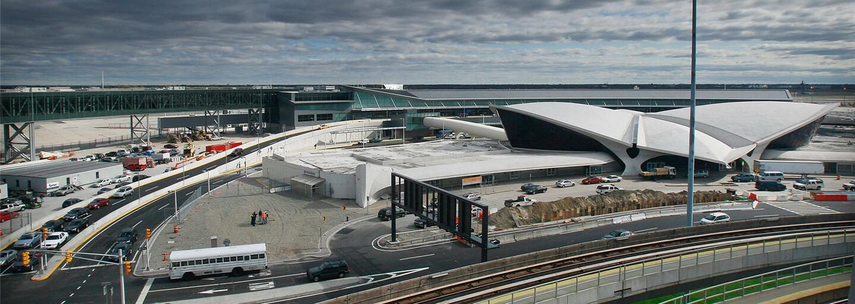 Američan chtěl projít přes letiště JFK s 5 kily kokainu v kalhotách. Drogy za 4 miliony korun měl troufale přilepené na nohou