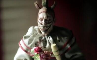 American Horror Story: Cult predstavuje plnohodnotný trailer! Nová séria bude prepojená s hrôzu naháňajúcim klaunom Twistym z Freak Show