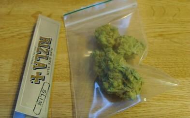 Američan sedel v base na doživotie za predaj menej ako 1 gramu marihuany. Teraz ho z väzenia prepustia