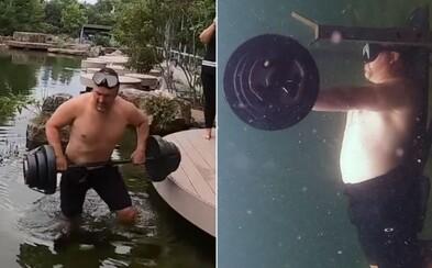 Američan zdolal světový rekord v bench pressu pod vodou. 50kilogramovou činku zvedl 62krát