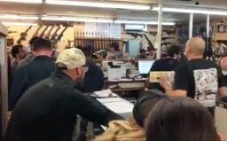 Američané kvůli pandemii koronaviru ve velkém nakupují zbraně