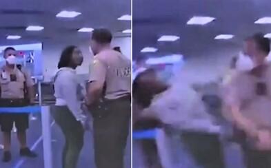 Američanka křičela na policistu, ten ji udeřil do obličeje. Video ukazuje jejich tvrdou konfrontaci