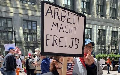 Američanka protestovala proti karanténě s nacistickým nápisem z Osvětimi. Muzeum holocaustu jí poslalo vzkaz