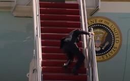 Americký prezident Joe Biden trikrát spadol pri nastupovaní do lietadla. Američania majú obavy o jeho zdravie