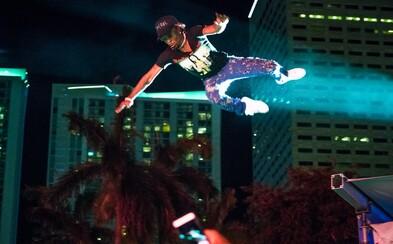 Americký raper predviedol stage diving, aký sa často nevidí. Do mora fanúšikov si to namieril z riadnej výšky