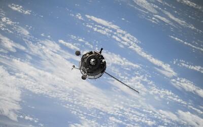 Americký špionážny satelit prenasledujú dve zariadenia. Vypustilo ich Rusko