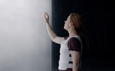 Amy Adams sa pokúša nadviazať komunikáciu s mimozemšťanmi v napívavom traileri pre sci-fi thriller Arrival od režiséria Sicario