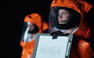 Amy Adams stretáva mimozemšťanov v prvých scénach z atmosférického sci-fi Arrival
