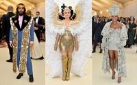 Andělská křídla Katy Perry nebo biskupské roucho Rihanny. Prohlédni si nejlepší outfity celebrit z letošního Met Gala