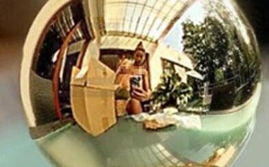 Andrea Verešová omylem přidala na Instagram svou nahou fotku. Prsa v odrazu voňavky musela vymazat