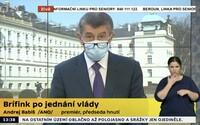 Andrej Babiš si vzal poprvé na tiskové konferenci roušku. Vláda chce jít příkladem