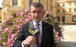 Andrej Babiš zve se sklenkou vína ve slovenštině Slováky do Česka. Potrebujeme vaše eura, je to tu úžasné, láká