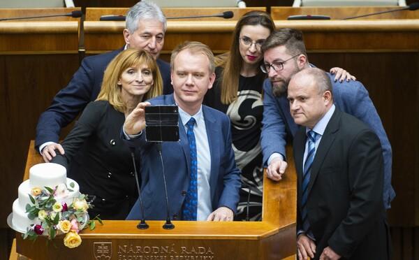 Andrej Danko priznal, že nevie s ochrankou vyviesť opozičných poslancov s tortou od rečnického pultu. Schôdzu prerušil