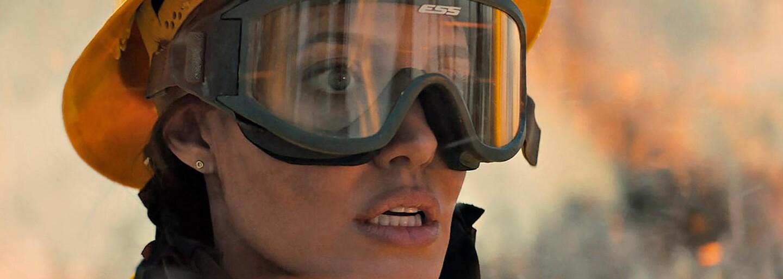 Angelina Jolie uniká pred lesným požiarom a zabijakmi. Sleduj strhujúci trailer pre Those Who Wish Me Dead