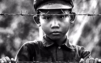 Angelina Jolie zobrazuje hrôzy africkej genocídy v novej upútavke surovej snímky First They Killed My Father