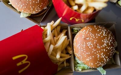 Angličance nechtěli v McDonald's prodat snídaňové menu, protože přišla pozdě. Na zaměstnance zavolala policii