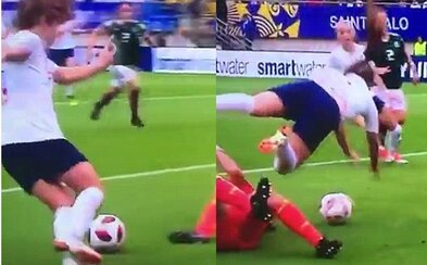 Anglická futbalistka strelila možno najbizarnejší gól roka. Po náraze do brankárky dopadla na najlepšie možné miesto