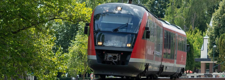 Anglické teenagerky riskovaly život na trati, kde jezdí vlaky rychlostí 140 km/h. Jedna z nich ležela na kolejích s mobilem