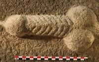 Anglickí archeológovia našli 27-centimetrový penis vytesaný do kameňa
